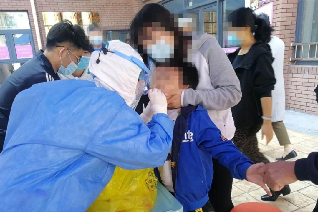 168名青岛市口腔医院医护核酸采样进校园,筑牢市南区34所学校防护网